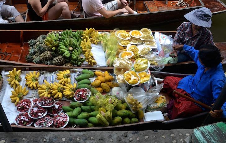 船上で売られているフルーツ