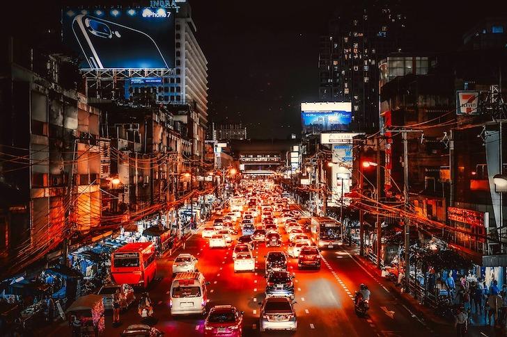 夜間のバンコクの交通渋滞