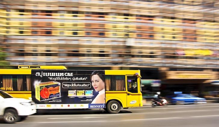 バンコクの道路を疾走するエアコンバス