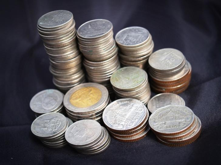 整然と積まれたタイの硬貨