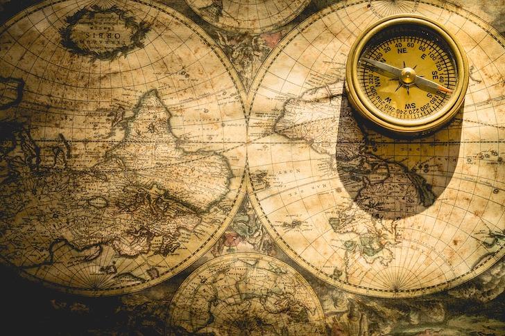 冒険用の地図と方位磁石