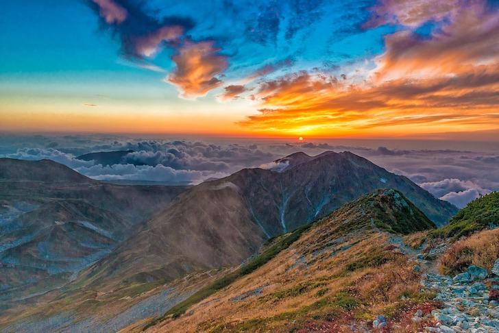 山あいに沈む夕日