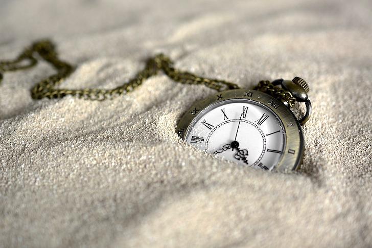 砂に埋まるポケットウオッチ