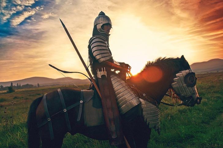 夕暮れを背に移動する騎馬武者