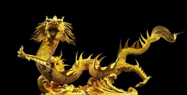 雄たけびを上げる黄金の竜