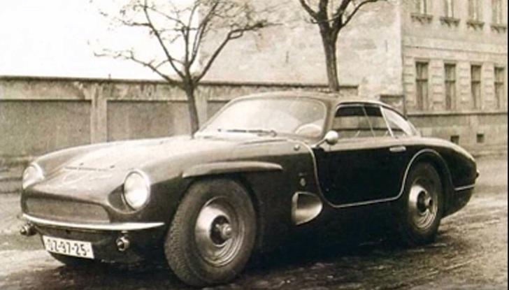 側方から見た黒色のタトラ・JK 2500