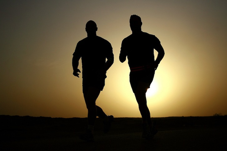 夕暮れの走者たち