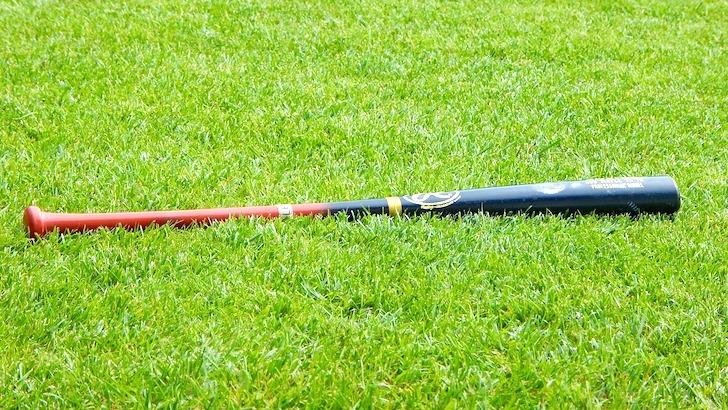 グランドに置かれた野球のバット
