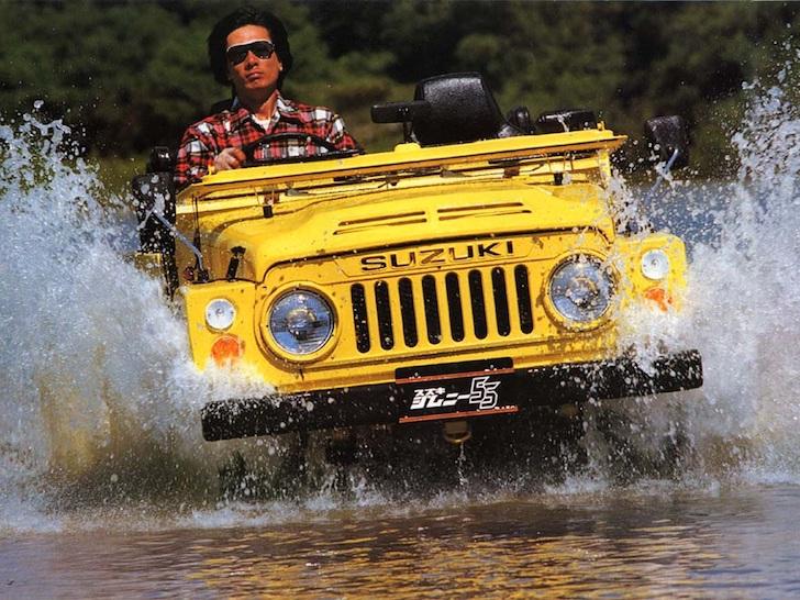 水しぶきを上げて渡河する黄色のスズキ・ジムニーSJ10型