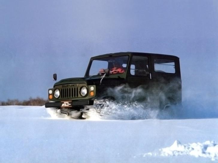 雪道を疾走する黒色のスズキ・ジムニーSJ10型