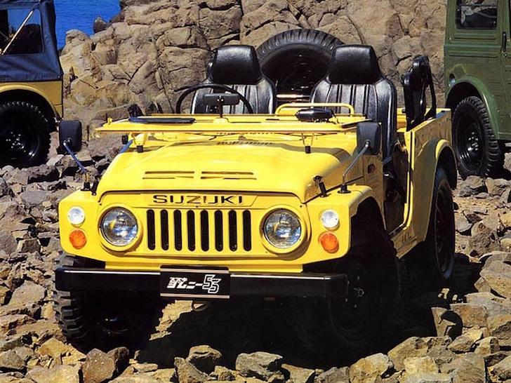 斜め前方から見た不整地に停車する黄色のスズキ・ジムニーSJ10型
