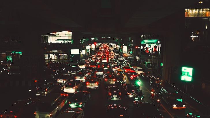 バンコクの夜間の交通渋滞