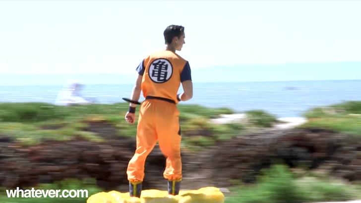 海沿いの道を筋斗雲に乗って滑走する悟空のコスプレをした男性