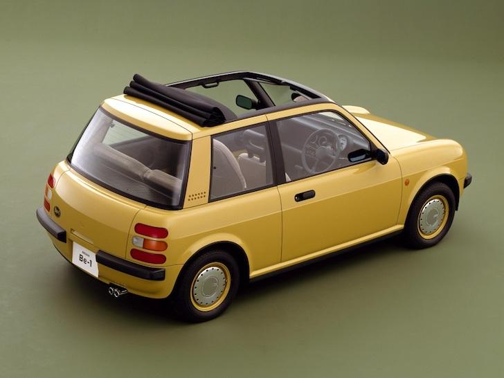 斜め後方から見たキャンバストップ全開の黄色の日産・Be-1