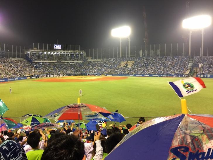 傘を揺らせて東京音頭を歌うヤクルトスワローズのファン