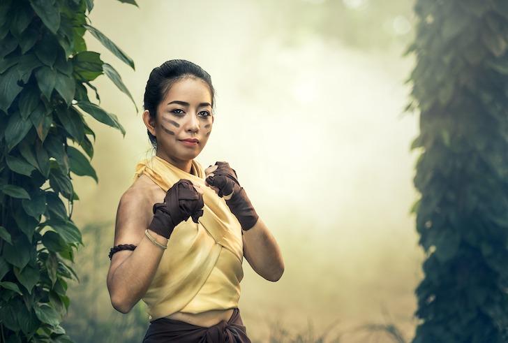 グローブをはめ臨戦対戦のタイ人女性