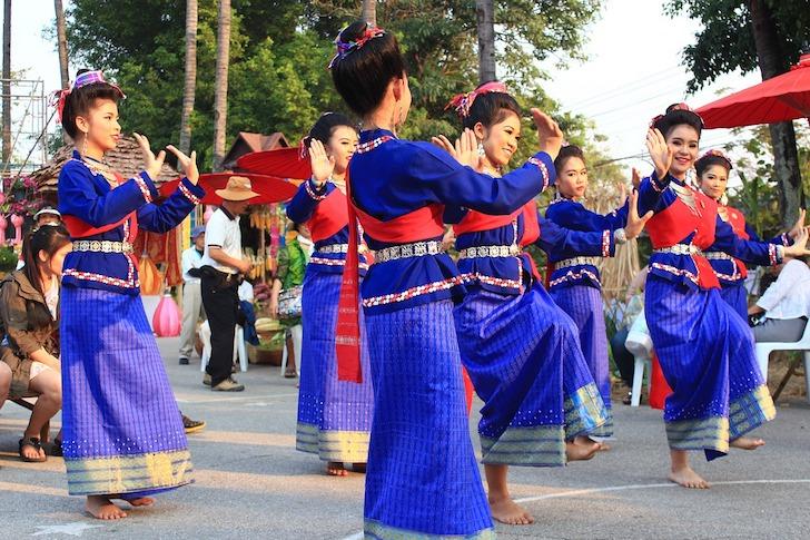 ほほ笑むタイ人女性のタイ舞踊