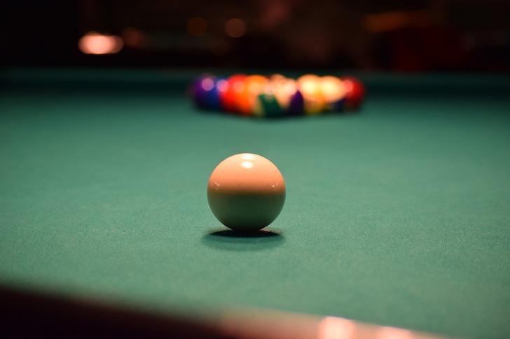 ビリヤード台の手玉の方から的球を見る