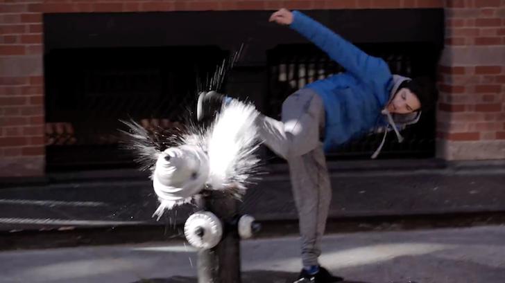 消火栓を後ろ蹴りで破壊する男性