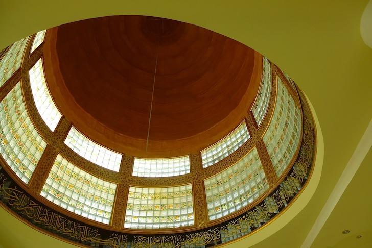 内部から見上げたモスク