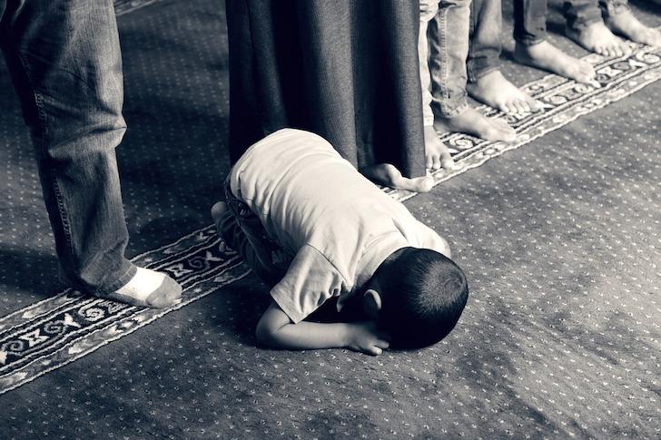 礼拝している少年