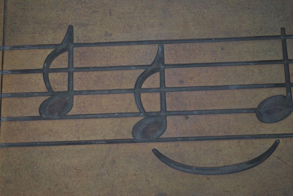 古びた金属板に記された音符