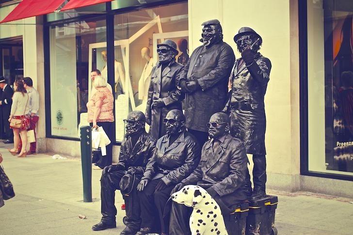 ストリートパフォーマンスをする海外の大道芸人たち