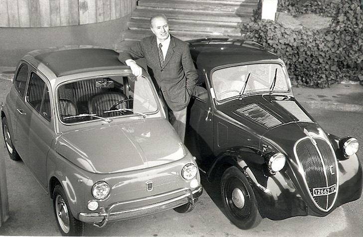 自らがデザインした自動車とともに映るダンテ・ジアコーサ氏 -