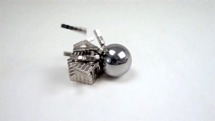 強力磁石に吸い寄せられるパチンコ玉