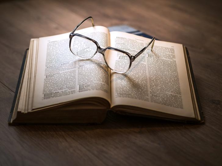 辞書の上に置かれた眼鏡