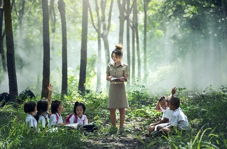 青空教室で点呼を取る女性教師