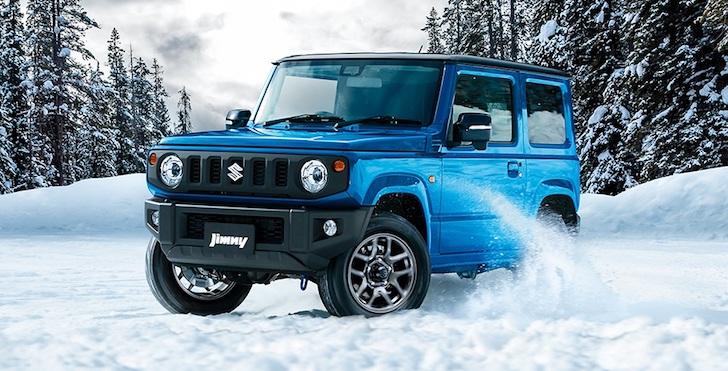 斜め前方から見た雪道を走る青色の新型スズキ・ジムニーJB63型