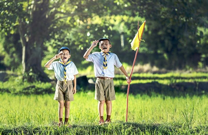 気を付けの姿勢をとるボーイスカウトに所属するタイ人の少年たち