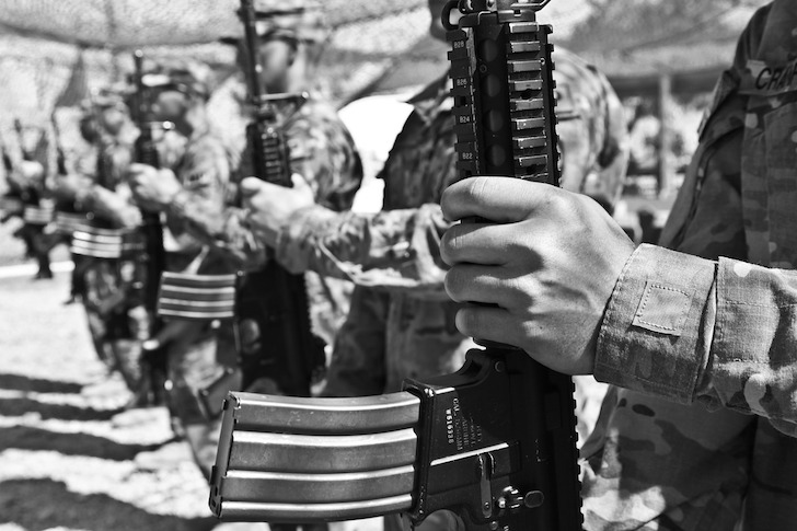 銃を左手に持ち整列する軍人たち