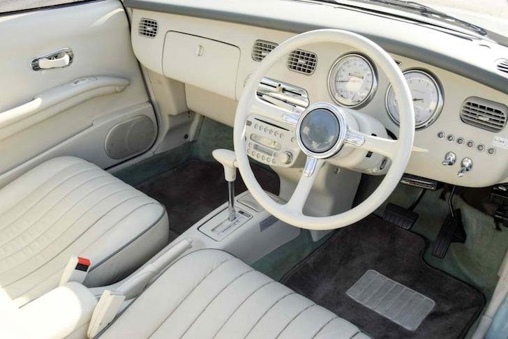 日産・フィガロの運転席