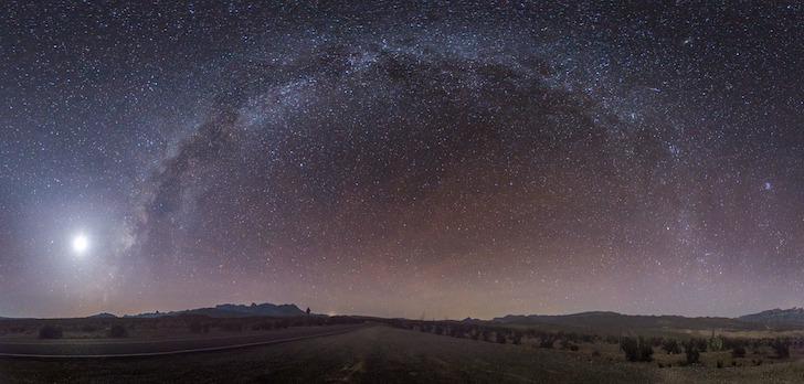 夜空に浮かぶ空と満点の星