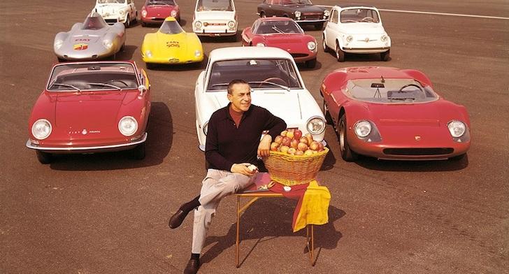 車の前で腰掛けるカルロ・アバルト氏