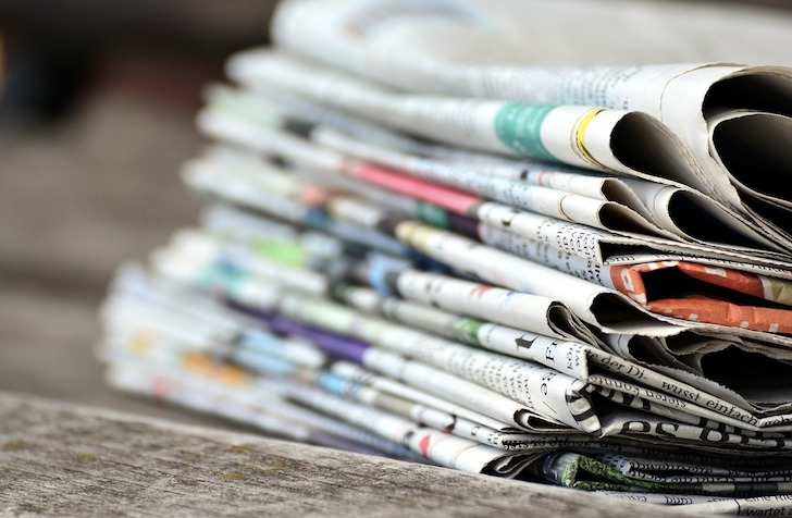 山積みにされた新聞紙