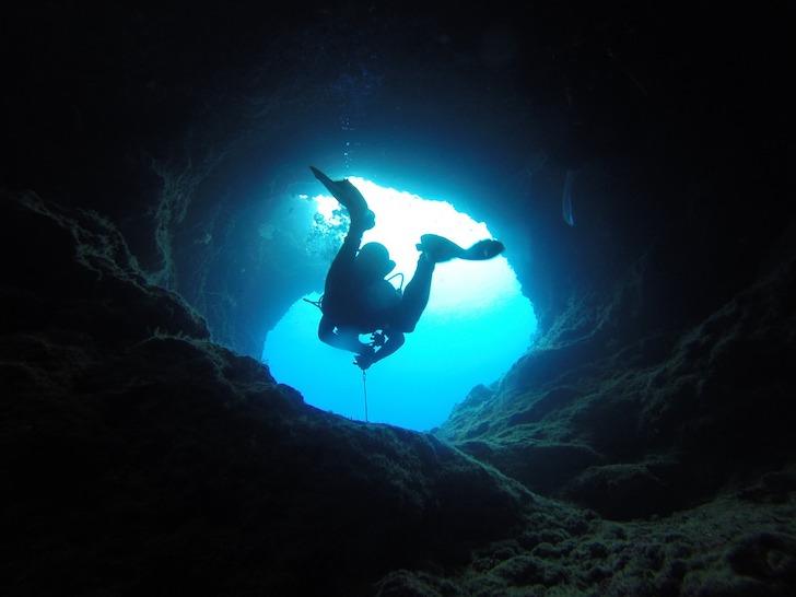 外光が差している鍾乳洞の入り口