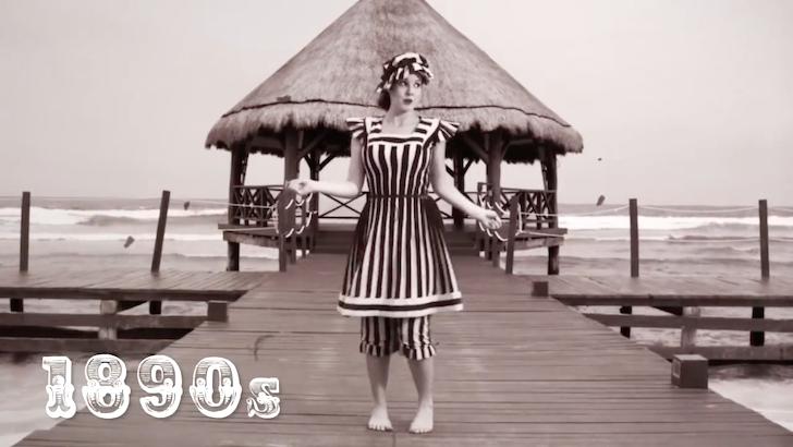 1890年代の水着を着て躍るモデルのアマンダ・チェルニー氏