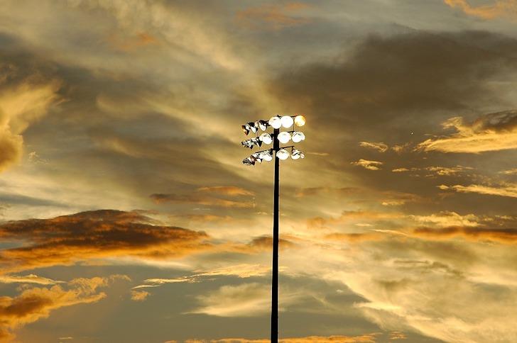 夕暮れ時の野球場の照明灯