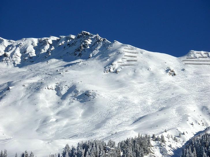 雪山の傾斜の急な斜面
