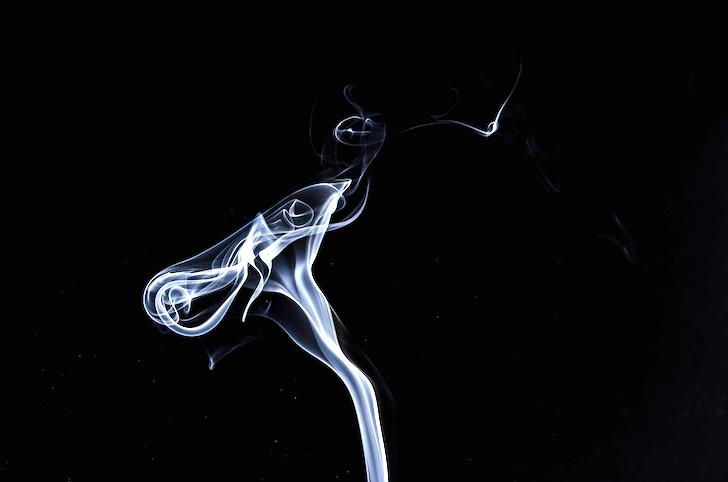 空中を舞うたばこの煙