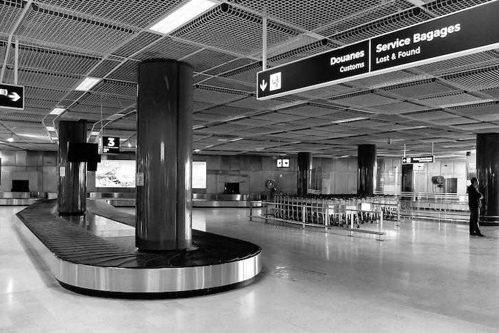 空港の荷物引取りターンテーブル