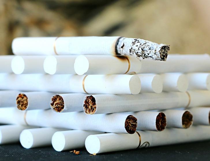 整理して積み重ねられたたばこ