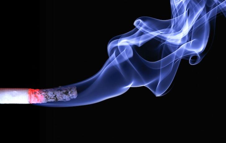 たばこからもくもく上がる煙