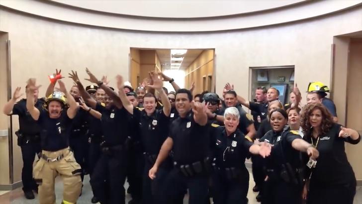 音楽に合わせて口ぱくをする米国のノーフォーク警察署の警官たち