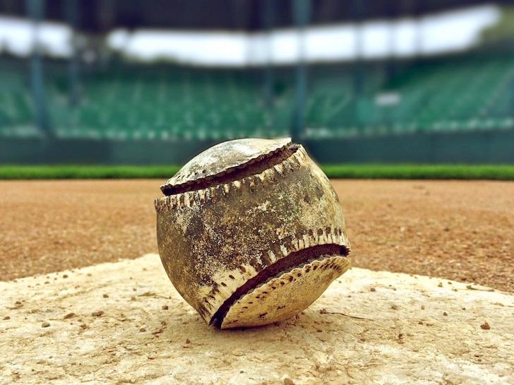 本塁に置かれたぼろぼろになったボール