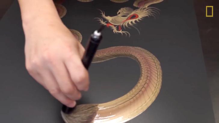 一筆で竜を描く芸術家