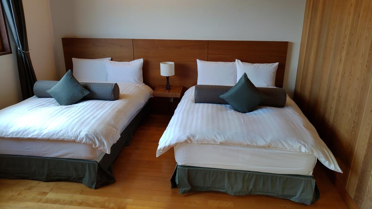 寝室。天井が高くてベッドも快適。